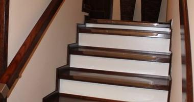 Бетонная лестница из дуба, перила из нержавеющей стали