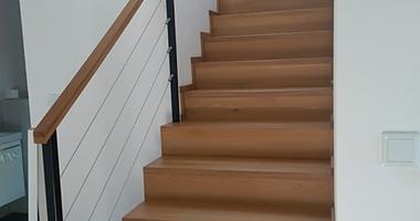 Бетонная лестница на второй этаж отделанная деревом