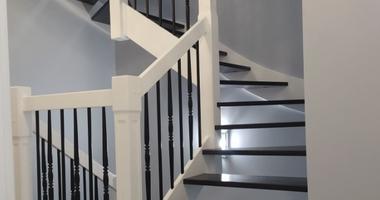Деревянная лестница из ясеня на бетонном основании в белом и черном цветах