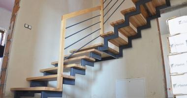 Деревянная лестница из ясеня на стальной конструкции