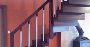 Деревянная лестница на больцах с поворотом