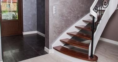 Деревянная лестница с металлическими перилами с элементами металлоконструкций