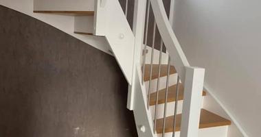 Деревянная лестница из ясеня, белые подступенки, балюстрада, балясины из нержавеющей стали