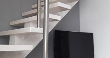 Г-образная деревянная лестница опирающаяся на центральную балку