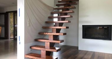 Деревянная лестница опирающаяся на центральный косоур