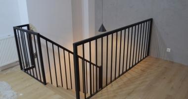 Деревянные лестницы с пространством между ними для гардероба