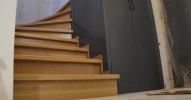 Деревянная лестница с пространством между ними для гардероба