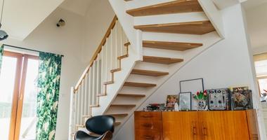 Деревянная лестница с выкрашенными в белый цвет балясинами