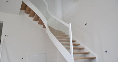 Г-образная белая лестница в классическом стиле со стеклом