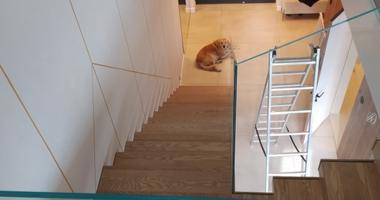 Г-образная лестница для современных интерьеров