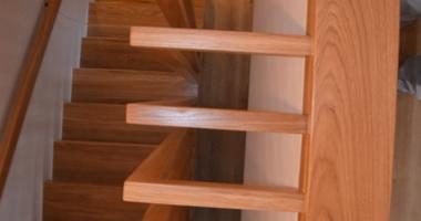 Г-образная лестница из дуба с забежными ступенями