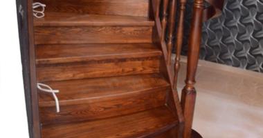 Классическая лестница из ясеня с подступенками