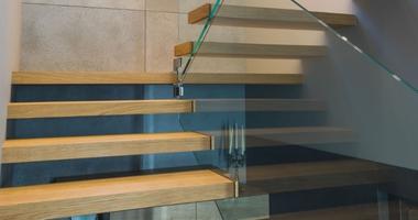 Консольная лестница со стеклянными перилами толщиной 16мм