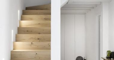 Лаконичная прямая лестница на второй этаж из дуба в строгом минималистическом стиле