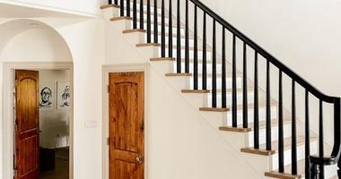 Лестница деревянная прямая из дуба - балясины окрашены, ступени покрыты тонирующим лаком