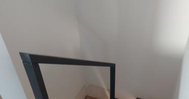 Лестница из дуба на металлокаркасе с черными металлическими ограждениями