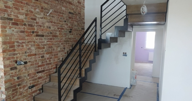 Лестница из дуба на стальной конструкции