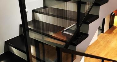 Лестница из дуба покрашенного в черный цвет с металлическими перилами