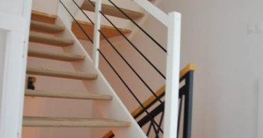 Лестница из дуба с белыми перилами, балюстрады из черных прутьев
