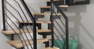 Лестница из ясеня на уникальной стальной конструкции