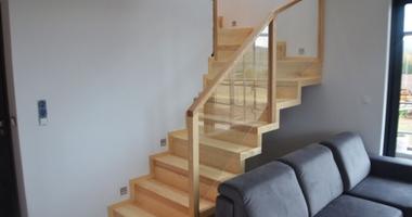 Лестница из ясеня со стеклянными ограждениями