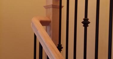 Лестница на 2 этаж прямая из бука на тетиве с декоративными металлическими балясинами