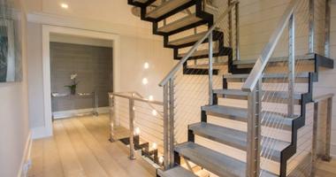 Лестница на металлокаркасе с деревянными ступенями