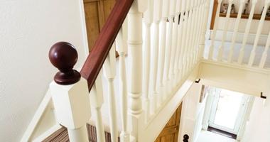 Лестница на прямом косоуре из бука с резными балясинами - яркий и выразительный элемент интерьера
