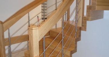 Лестница из дуба с перилами из нержавеющей стали