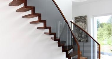Лестница на 2 этаж ступени прикреплены к стене стеклянными перилами