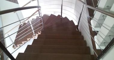 Модульная лестница из дерева с поворотом