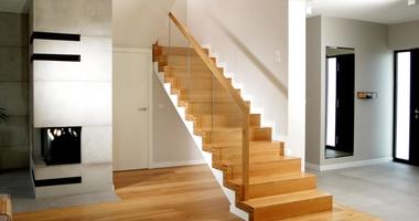 Облицовка лестницы из бетона с деревянными ступеньками
