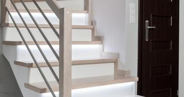 Одномаршевая лестница со ступенями из белого дуба