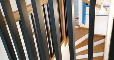 П-образная лестница из ясеня на косоурах