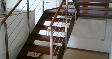 П-образная лестница на тетивах на второй этаж