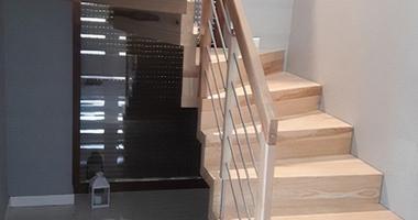 П-образная лестница с забежными ступенями, балюстрадой из дерева и нержавеющей стали