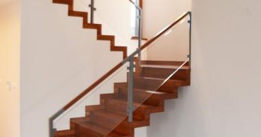 П-образная лестница со стальными столбами и деревянными поручнями