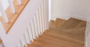 Поворотная лестница из дуба