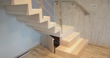 Прямая деревянная лестница с перилами из нержавеющей стали