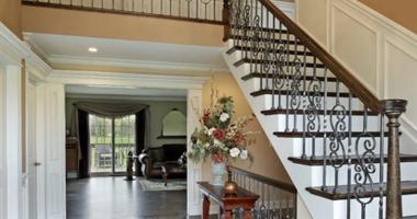 Прямая лестница на второй этаж с кованым ограждением – изысканно и роскошно