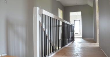 Прямая лестница на второй этаж, ступени из дуба, балюстрады черного цвета