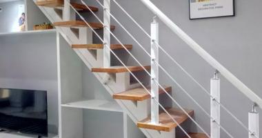 Прямая лестница из дерева - изящная конструкция с крутым подъемом